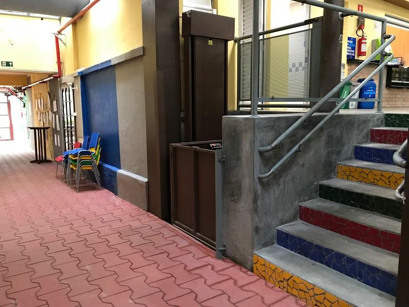 Plataforma e escada de acesso Ed. Infantil para Ensino Fundamental